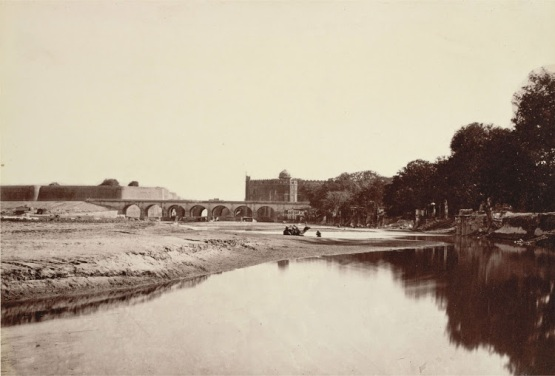 View-Looks-South-along-the-River-Yamuna-towards-the-Red-Fort-in-Delhi,-with-the-Walls-of-Salimgarh-on-the-left,-Connected-by-a-Bridge----1860